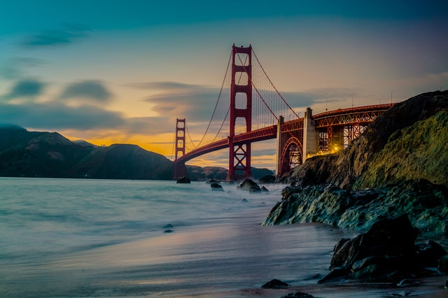 golden gate bridge to highlight that article is about a cat cafe in San Francisco