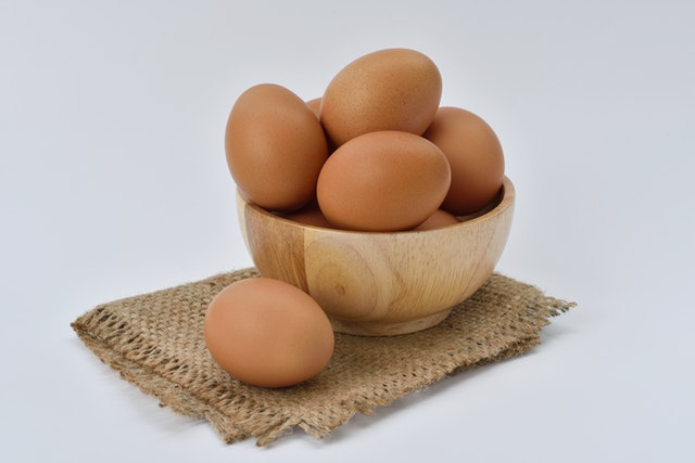 A picture showing eggs to highlight the question, can cats eat eggs.
